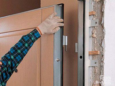 Перекосило дверь – необходимо изменить расположение петель или проверить их крепление