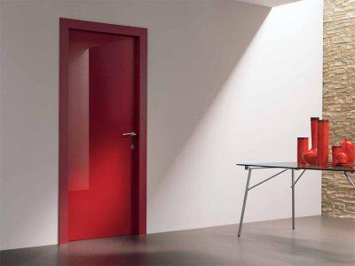 Роскошная межкомнатная дверь в помещении после окончания работ по шумоизоляции и монтаже полотна на место
