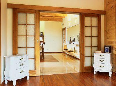 Откатные модели дверей из дерева со стеклянными вставками, которые гармонично впишутся в загородный дом