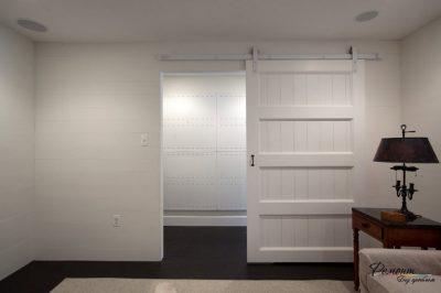 Белые дверные конструкции идеально гармонируют с пространством