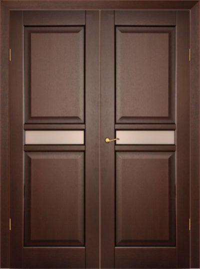 Внешний вид входной деревянной двери под остекление
