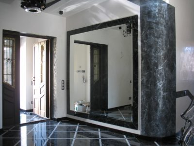 Зеркало, расположенное сбоку от входа
