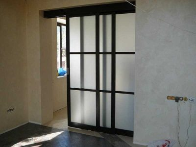 Раздвижная дверная конструкция, которая удобна в процессе эксплуатации и эстетична в интерьере