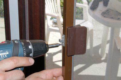 Монтаж магнитной защелки, которая поможет плотно закрывать дверную конструкцию