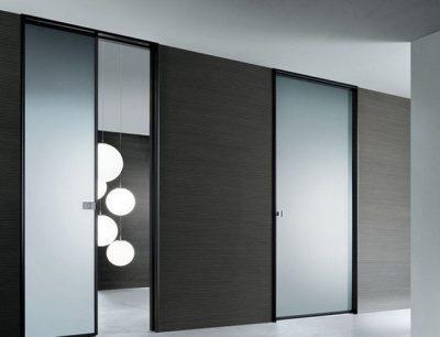Стиль стеклянной панели идеально подходит в просторный интерьер