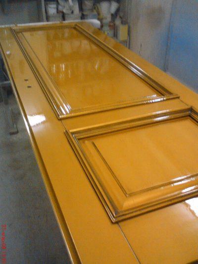 Реставрация двери из ДВП с помощью лакирования поверхности или посредством краски