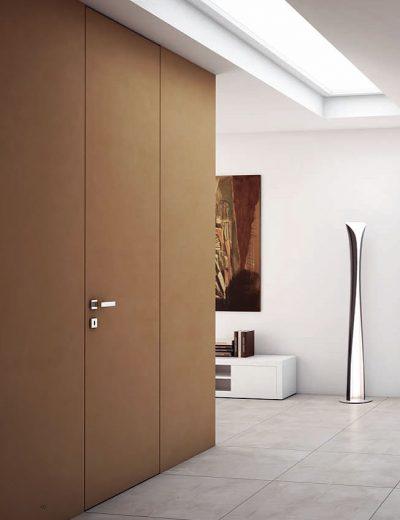 Дверь, дополняющая цвет отделки стен