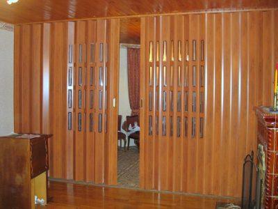 Модели по типу «гармошки», которые выступает в качестве дверного проема, полностью заменяя его