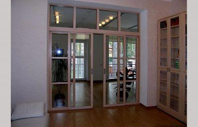 Прозрачное стекло визуально расширяет комнату