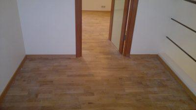 Полы с материалом под дерево в комнате
