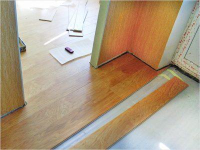 Укладка напольного материала до установки дверного блока