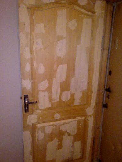 Перед тем как покрасить дверь, её шпаклюют