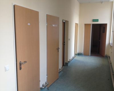Практичные офисные двери