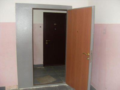 Правильно установленная дверь в тамбуре