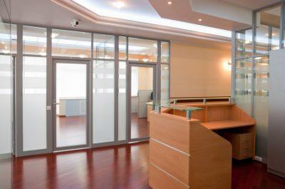 Подходящее стилевое оформление входа в офис