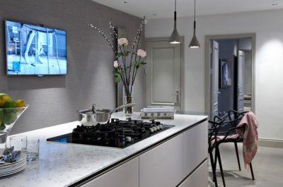 Особенности и отличительные черты светло-серых дверей, как их правильно использовать в интерьере