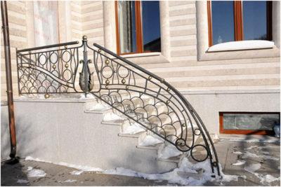 Что важно учитывать, при сооружении лестниц для крыльца, варианты материалов, их характеристики, последовательность монтажа