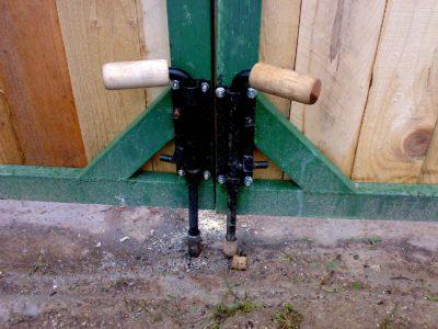 Основные виды упоров для ворот гаража от ветра, 13 фото с процессом изготовления и примерами работ