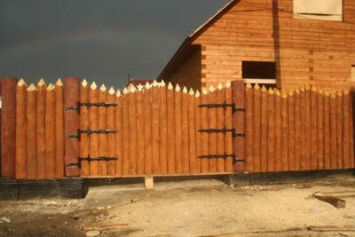 Какие ограждения и заборы можно использовать для частных домов, 26 фото с примерами и этапами работ