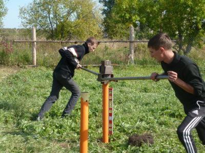Установка винтовых столбов для забора своими руками: технология