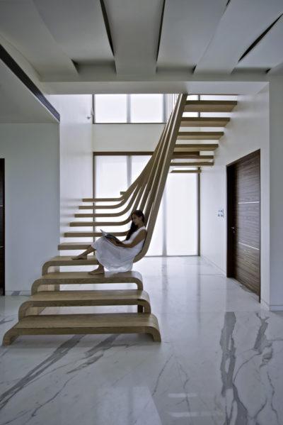 Мансардные лестницы для подъема: какие лучше, из чего можно сделать