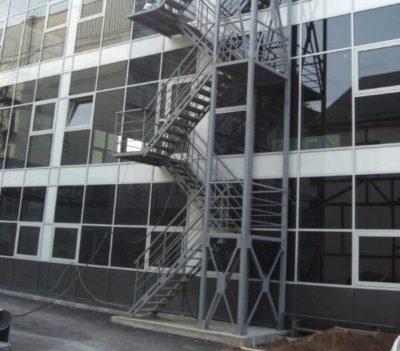 Строительство наружной лестницы на второй этаж своими силами: пошаговая инструкция