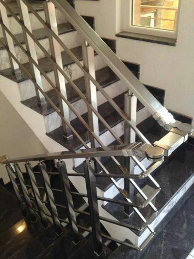 Технология установки перил для лестниц в частном доме: выбор модели