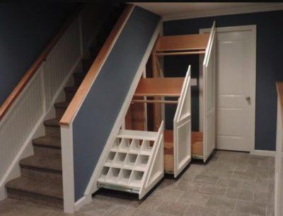 Обустройство пространства под лестницами в загородных домах: оценка площади, 28 фото с вариантами оформления
