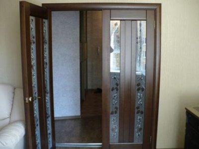Двустворчатая дверь с стеклянными вставками