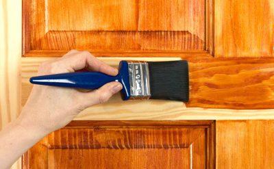 Окрашивание дверной деревянной поверхности натуральным древесным оттенком краски