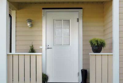 Традиционный белый цвет оформления входных дверей