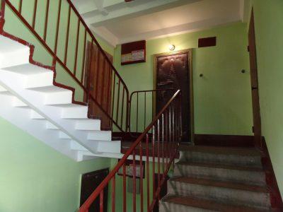 Площадка перед входными дверями квартиры, которая находится на одном из этажей многоэтажки без элементов декора
