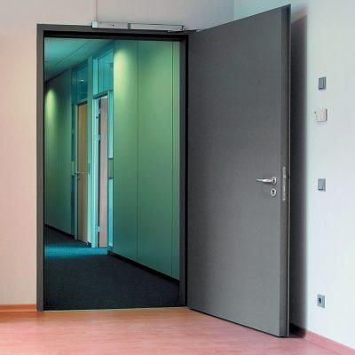 Двери многоэтажного жилого дома