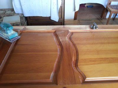 Процесс шлифовки и последующего покрытия лаком дверного полотна, чтобы сделать его устойчивым к повреждениям и более элегантным