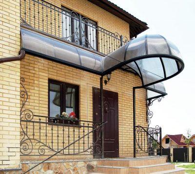 Металлический вход в загородный дом в экстерьере