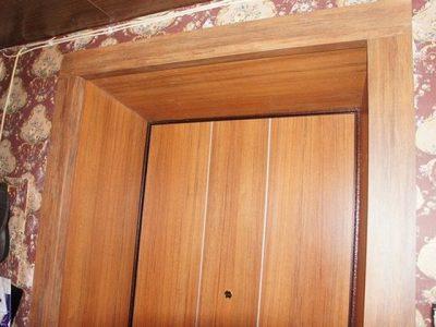 Дверной проем, полностью отделанный ламинатом