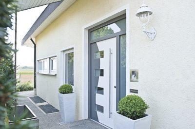 Роскошный вариант дверной конструкции из металла, отличающийся интересным дизайном и комбинацией цветовых оттенков