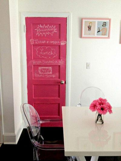 Окрашенная деревянная дверь