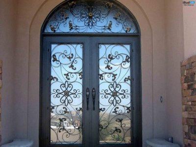 Двери со стеклянными и коваными элементами