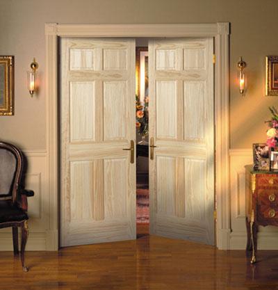 Двойные межкомнатные двери, устанавливаемые между комнатами, с монтированными на них ручками на планках