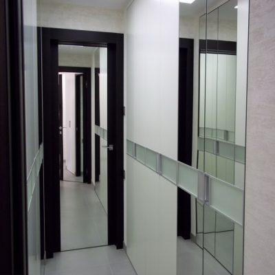 Зеркало, установленное на дверную конструкцию