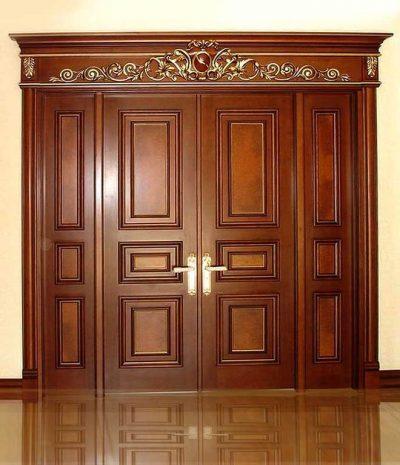 Входная двустворчатая деревянная дверь с одинаковыми по ширине створками
