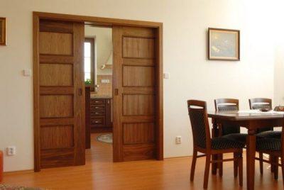 Двери откатного типа с двумя створками, украшающими собой широкий дверной проем