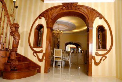 Проем арки с деревянным декором