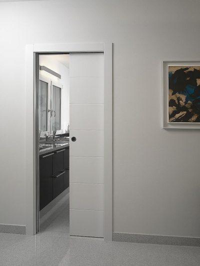 Дверь-пенал, оформленная в белой цветовой гамме, дополняющая собой современный интерьер