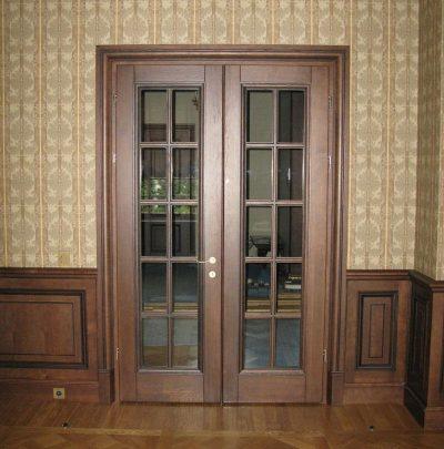 Простая и лаконичная дверная конструкция из дерева со стеклянными вставками