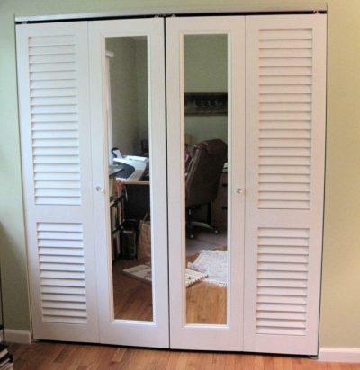 Простые и лаконичные двери из пластика с комбинированными пластиковыми элементами декора