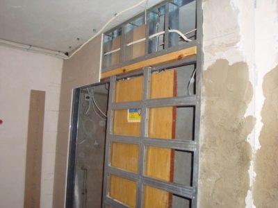 Сдвижная дверь в гипсокартонной перегородке.