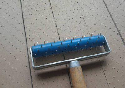 Обработка материала при помощи специального валика с иголками