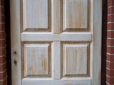 Дверь, которая нуждается в полноценной отделке или вскрытии лаком
